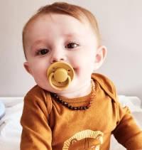 bébé avec collier ambre cognac